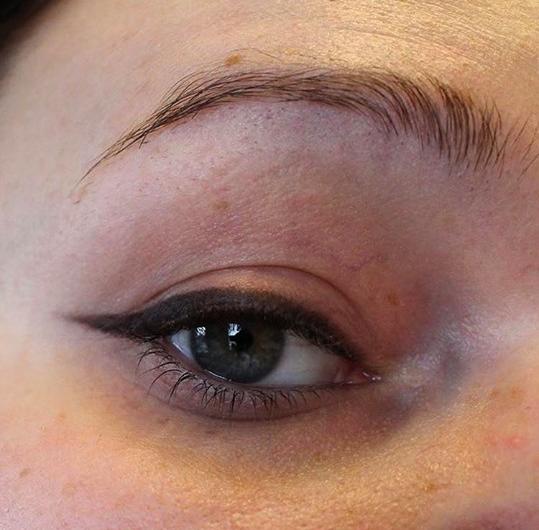 Snygg eyeliner med ögonpenna i svart färg