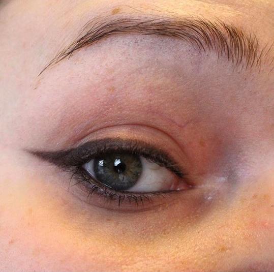 Enkel och svart markerad look med ögonpenna